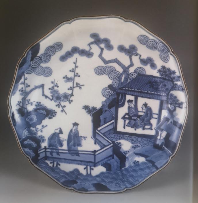 Assiette lobée à décors bleu sous couverte dans le style aikakiemon. 1680-1710.