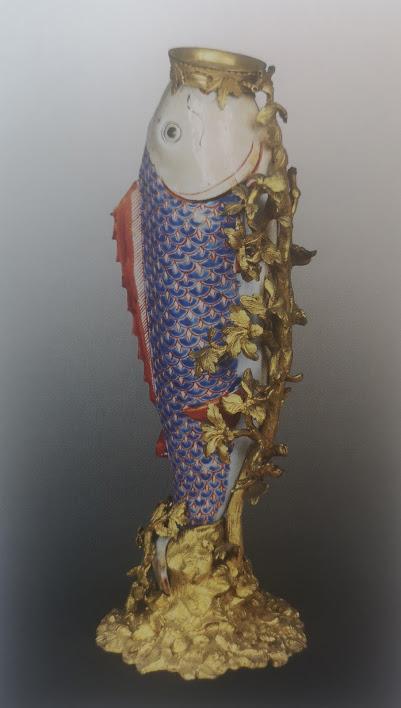 Vase en forme de poisson en émaux polychromes, monture en bronze. 1690-1710.