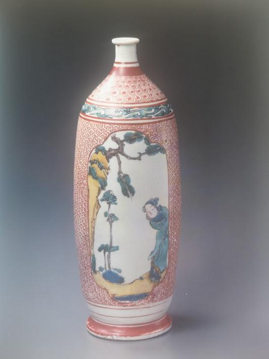 Bouteille à décors en émaux polychromes de type aka-é-kokutani. 1660-1670.