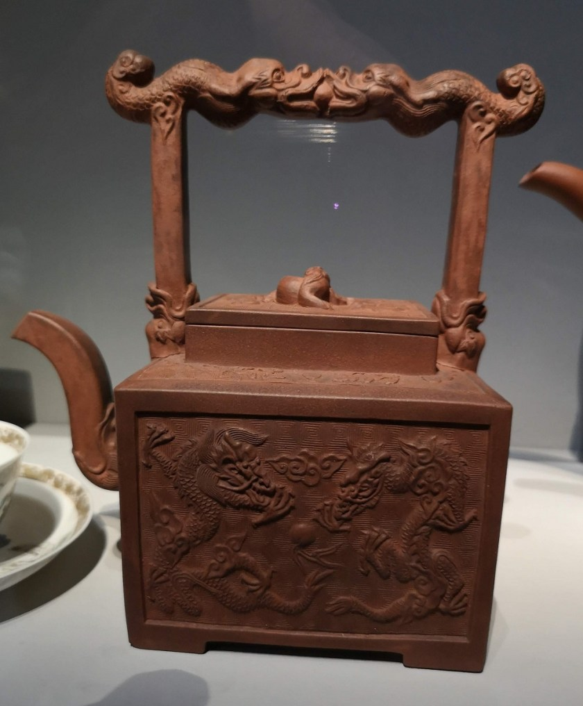 théière à décor de dragon yixing chine