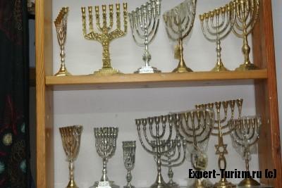 Мено́ра (ивр. מְנוֹרָה)  золотой семиствольный светильник (семисвечник)