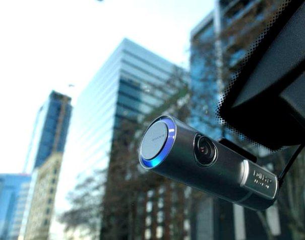 видеорегистратор на лобовом стекле автомобиля