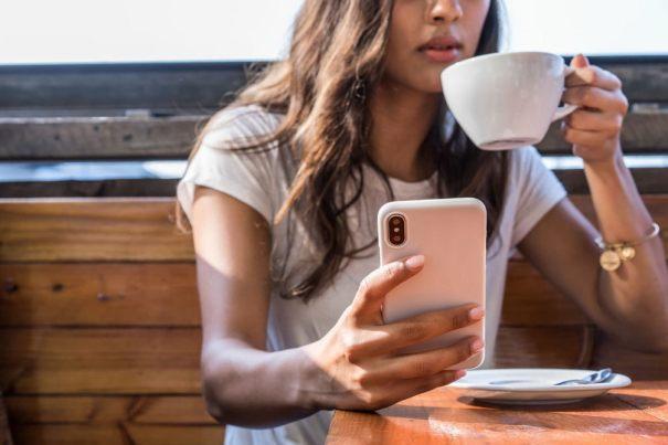 смартфон и девушка