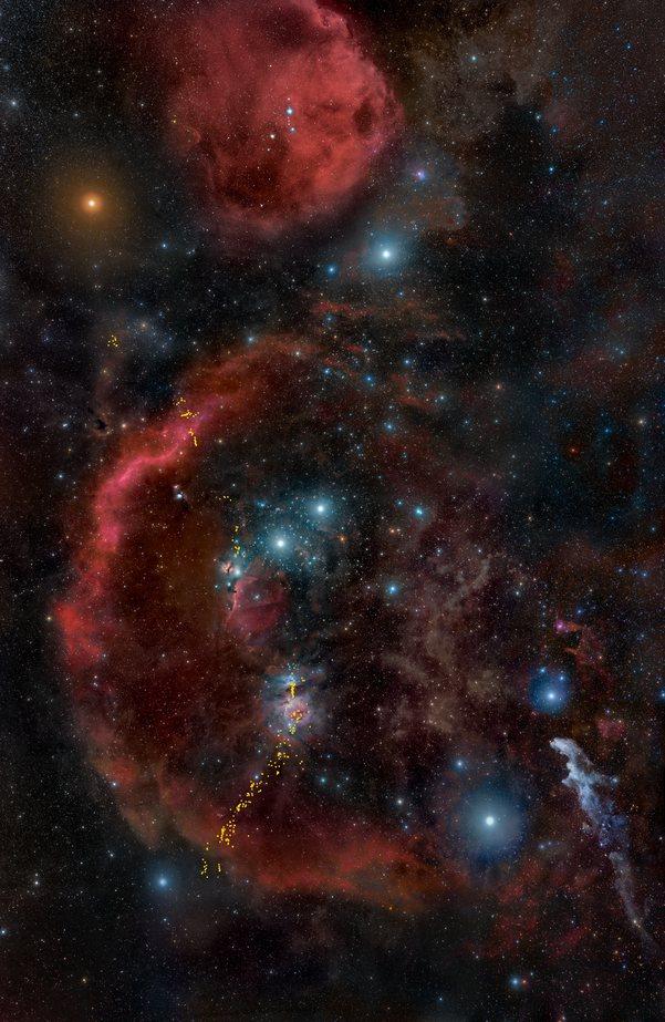 Это наземное изображение предлагает широкий обзор всего облачного комплекса Ориона, ближайшего к Земле крупного региона звездообразования.