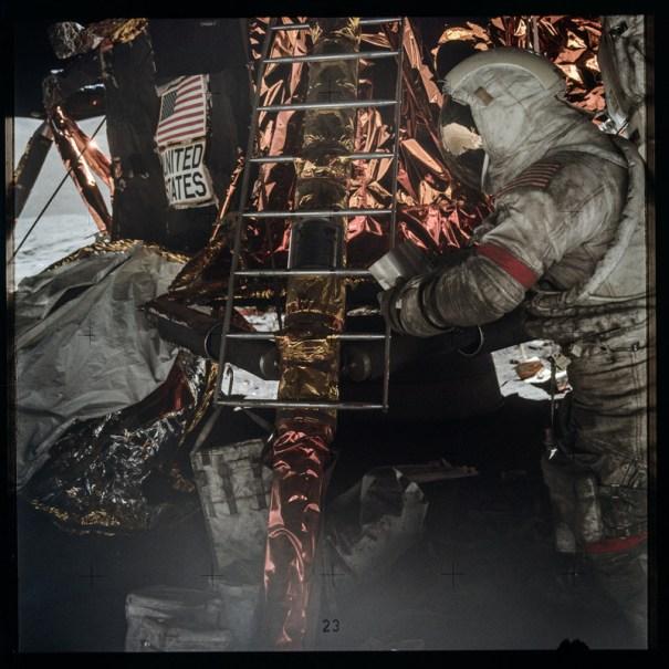 Астронавт работает на лунной заставе.