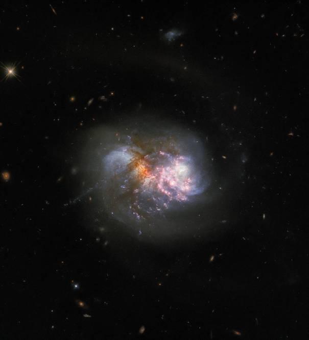 Две галактики находятся на заключительной стадии слияния, и астрономы ожидают, что мощный приток газа воспламенит неистовую вспышку звездообразования в образовавшейся компактной галактике.