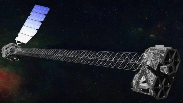 Иллюстрация космического корабля NuSTAR с мачтой длиной 30 футов (10 метров), которая отделяет оптические модули (справа) от детекторов в фокальной плоскости (слева).