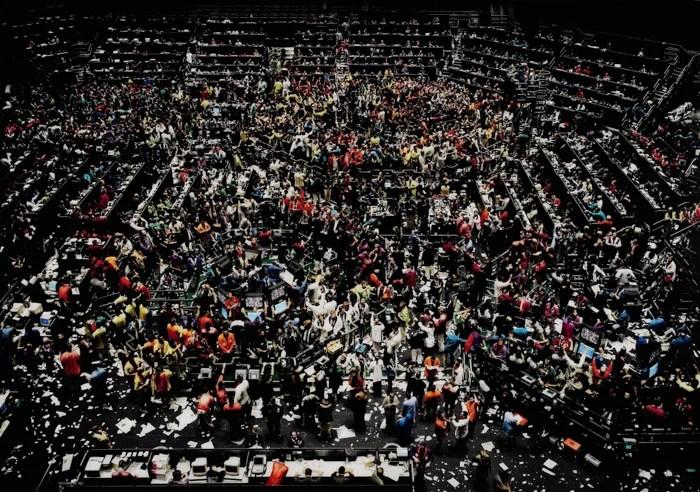 Andreas Gurskys, prise de vue chaotique de l'intérieur animé d'un environnement de travail