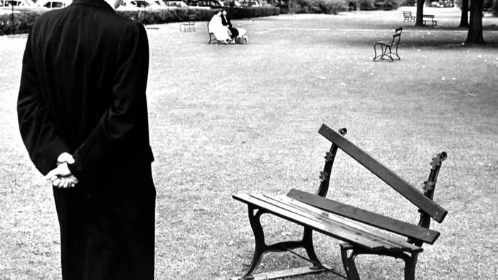 Andre Kertesz photo d'un homme debout devant un banc de parc cassé