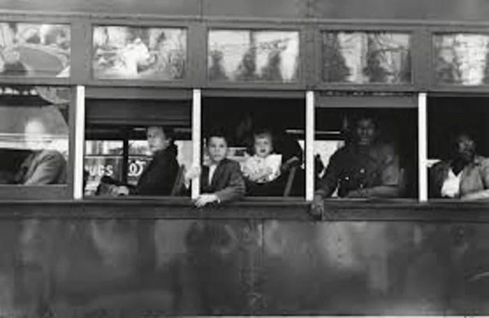 Une photographie en noir et blanc de Robert Frank de passagers regardant par la fenêtre d'un bus
