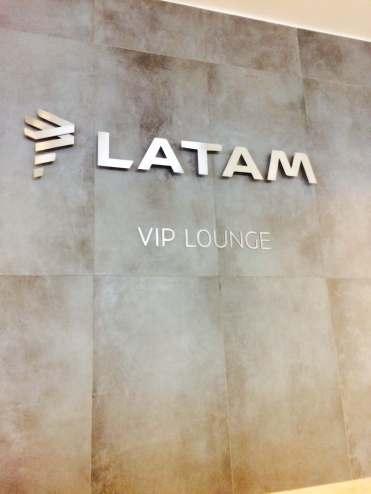 LATAM-VIP-LOUNGE-SANTIAGO-LNG-SIGN