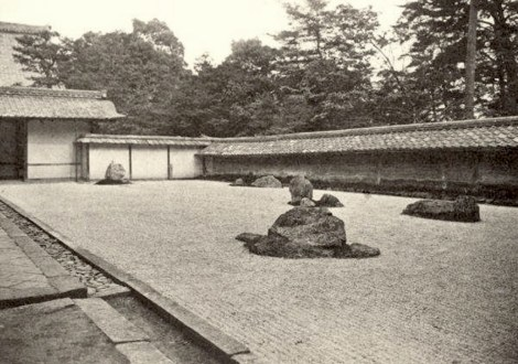 The stone garden of Ryoan-ji in 1938 (Source: Shigemori, Nihon teienshi zukan in Kuiter, The Zen Garden).