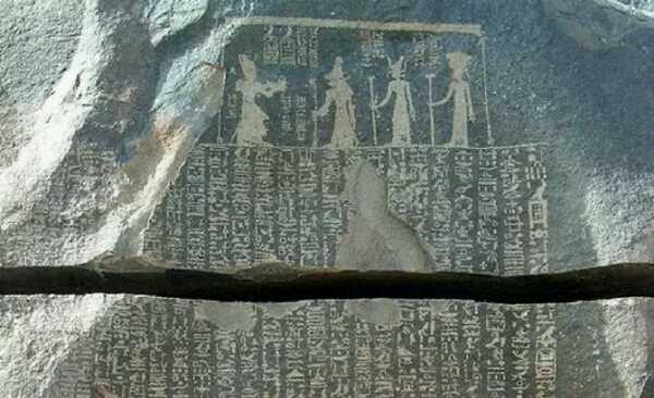 Figuras enanas en antiguos jeroglíficos egipcios sobre piedra.
