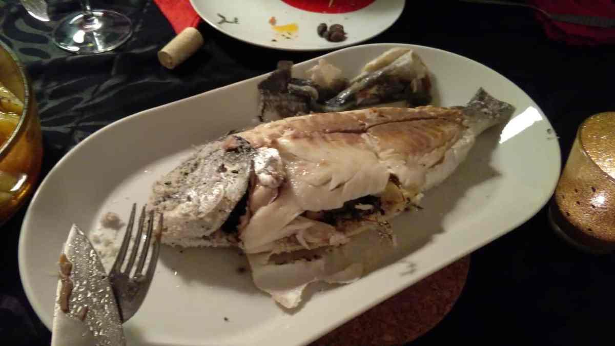 O peixe ao sal, macio e suculento, depois de retirada a pele.