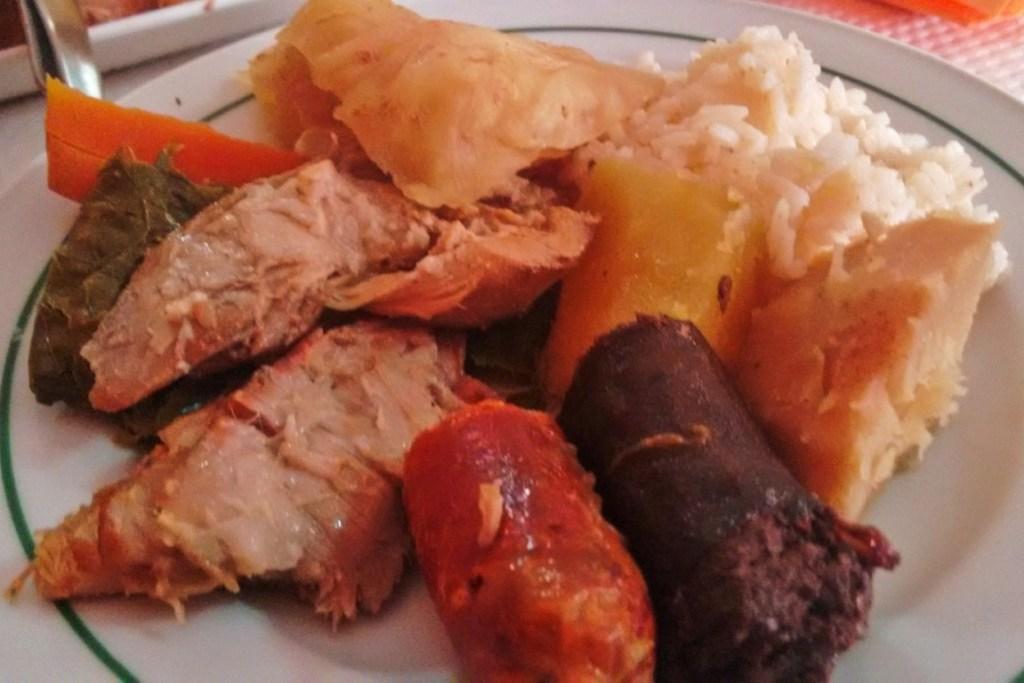 Comer cozido das Furnas, em S. Miguel, nos Açores