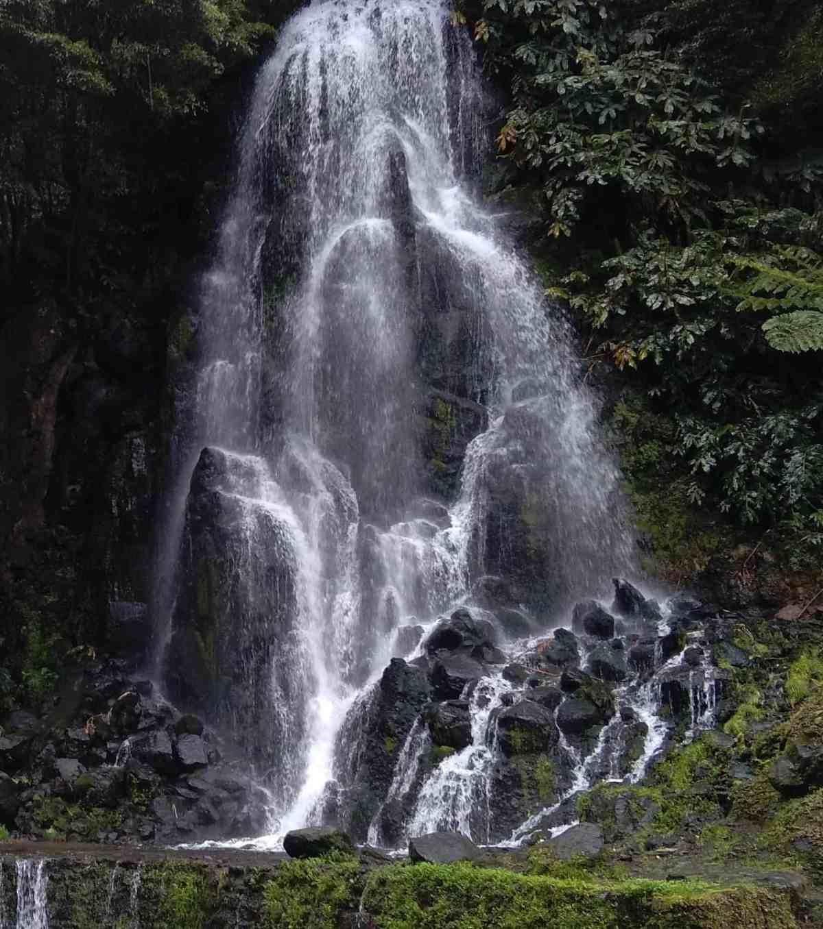 Cascata no Parque Natural da Ribeira dos Caldeirões, no Nordeste da ilha de S. Miguel, Açores