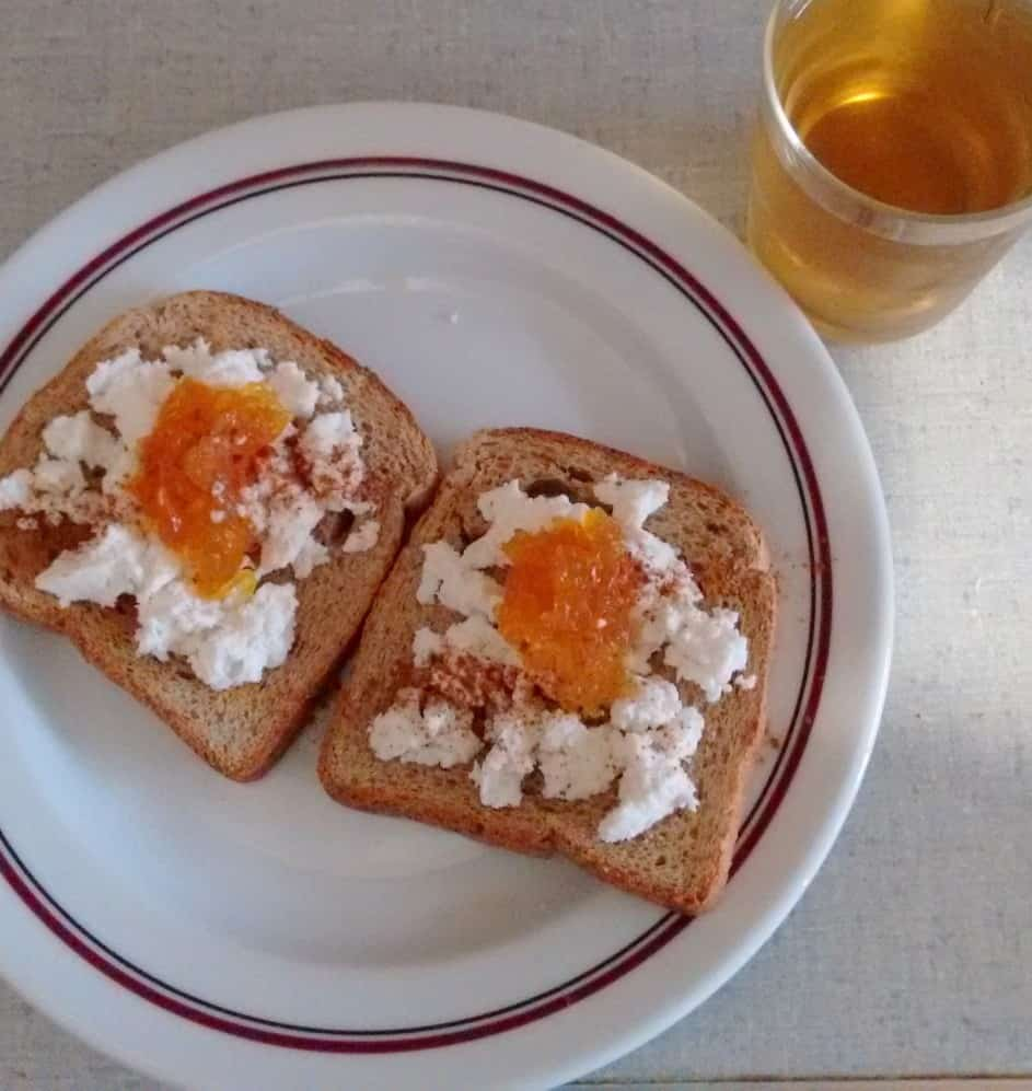 Torradas com requeijão para o pequeno almoço