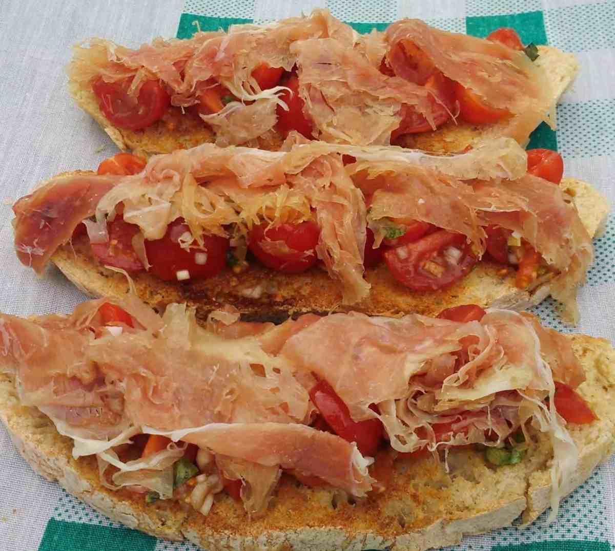 Bruschetta com tomate, manjericão e presunto