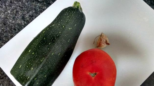 Ingredientes para frittata: alho, courgette e tomate