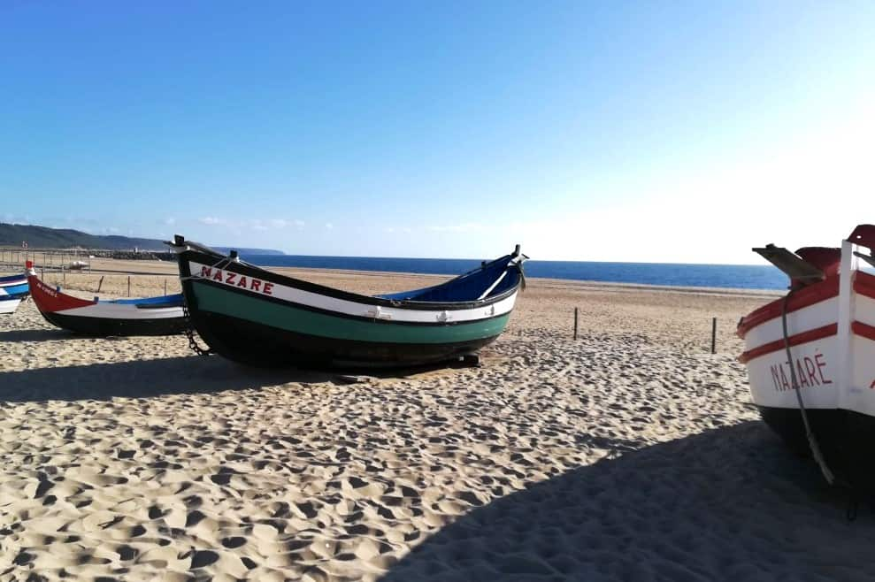 Coleção de embarcações na praia da Nazaré