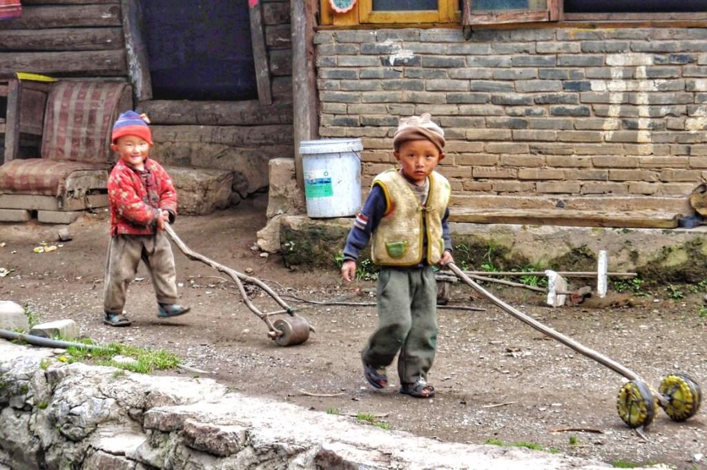 Imagem que nos transporta até China rural, crianças a brincar