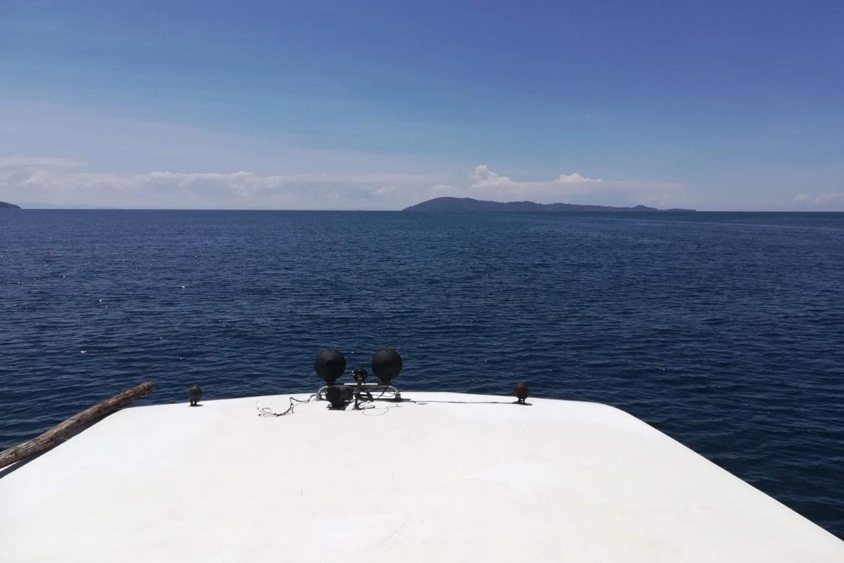 Vista a partir do exterior do barco para o lago Titicaca. Constipação, doença em viagem