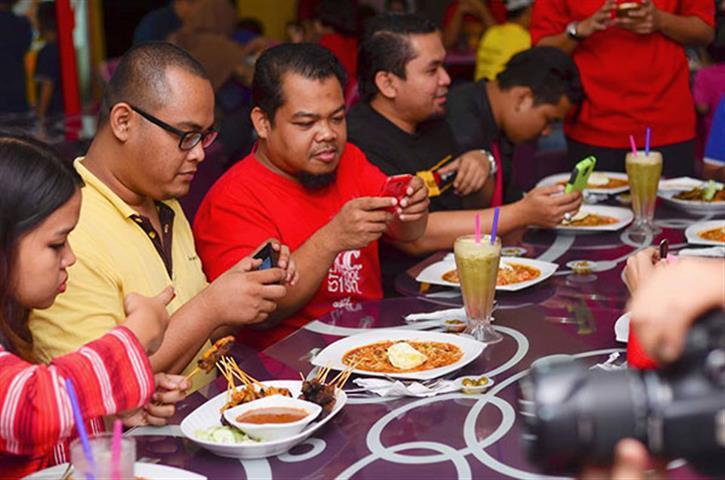 Gelagat food bloggers apabila makanan di depan mta