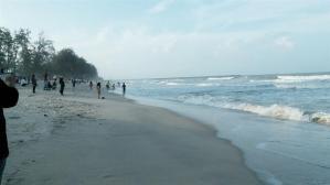 mandi di pantai batu buruk
