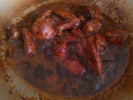 gabar ayam masak merah yang hampir siap