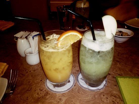 Orange Juice dan Apple Juice dipesan untuk dinikmati bersama makanan