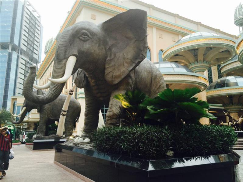 replika gajah di luar restoran