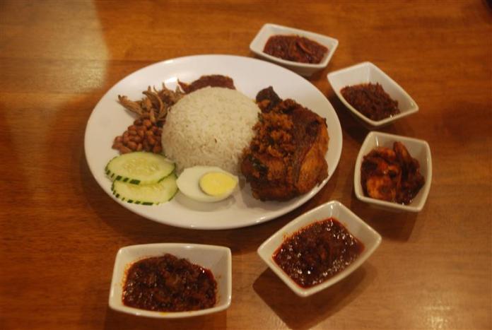 nasi lemak ayam goreng dan pilihan sambal
