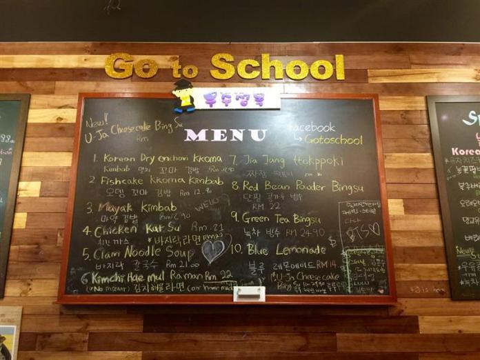 menu yang ditulis menggunakan kapur tulis di papan hijau