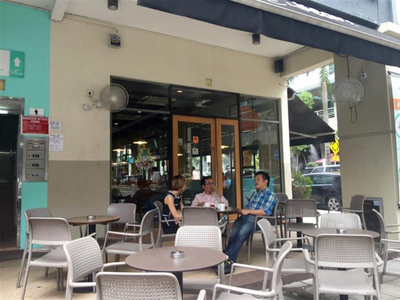 meja di luar depan restoran