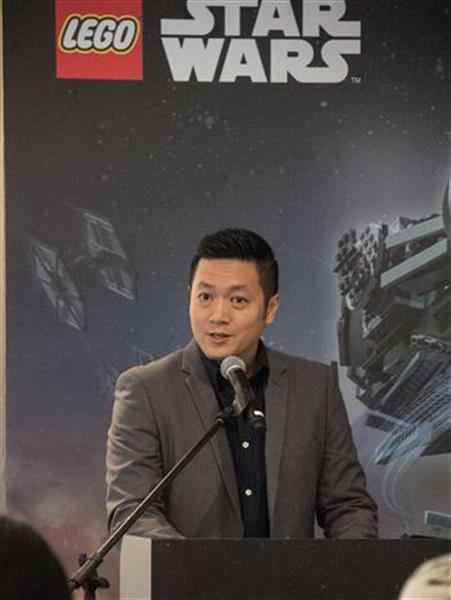 Dick Yoong, Country Manager Legoland sewaktu mengumumkan pembinaan monumen terbesar Millenium Falcon