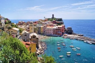 13918965-view-over-the-cinque-terre-village-of-vernazza-italy
