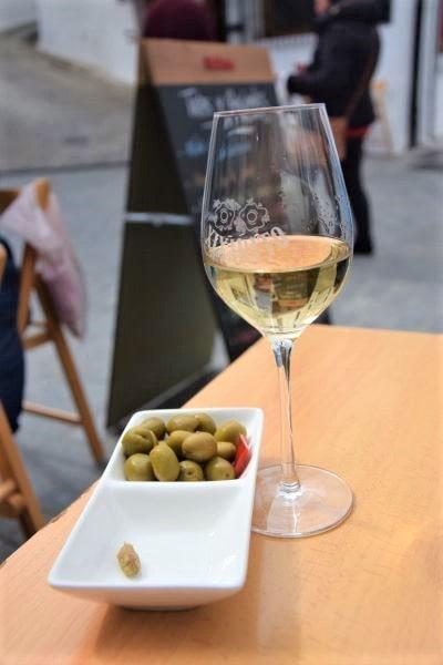 tapa aceitunas olives con manzanilla jerez sherry vejer de la frontera pueblo blanco white village Cadiz Explore la Tierra