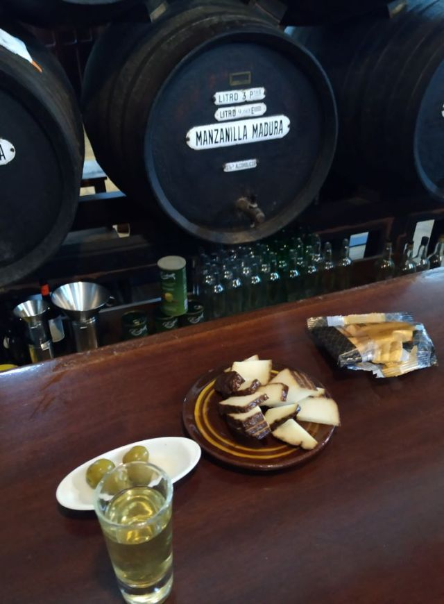 Manzanilla olorosa tapas tour in Cadiz