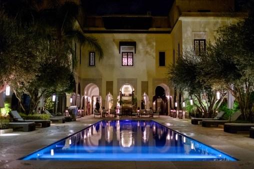 Abends verändert sich die Stimmung in der Riad stark. Es wird noch atmosphärischer.