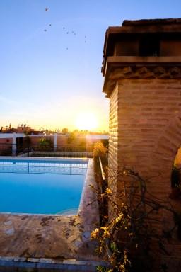 Die letzten Sonnenstrahlen geniesst man besten auf dem Dach im Pool.