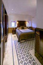 Ein grosses Bett inmitten des Zimmers. Davor ein Cheminee.