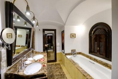 Das Badezimmer vom Heure Bleue in Essaouira ist genug gross.