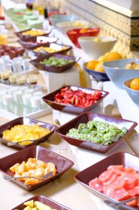 Bunt und mit vielen Früchten. So kommt das reichhaltige Frühstücksbuffet daher. M'semen und Eierspeisen kommen auf Bestellung.