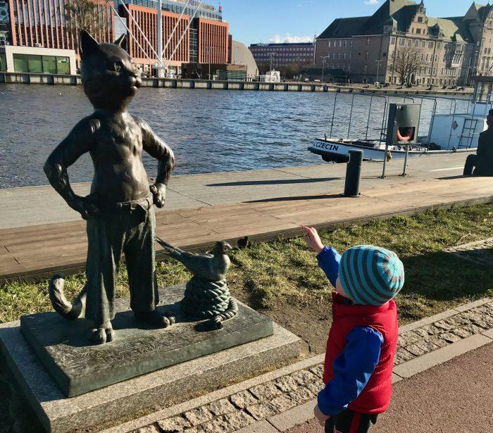 Max meets kot on the Szczecin river walk