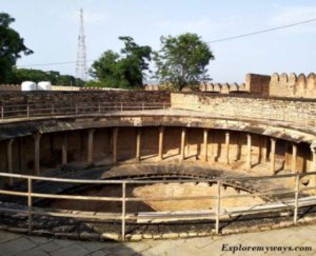 80 pillar baori or well