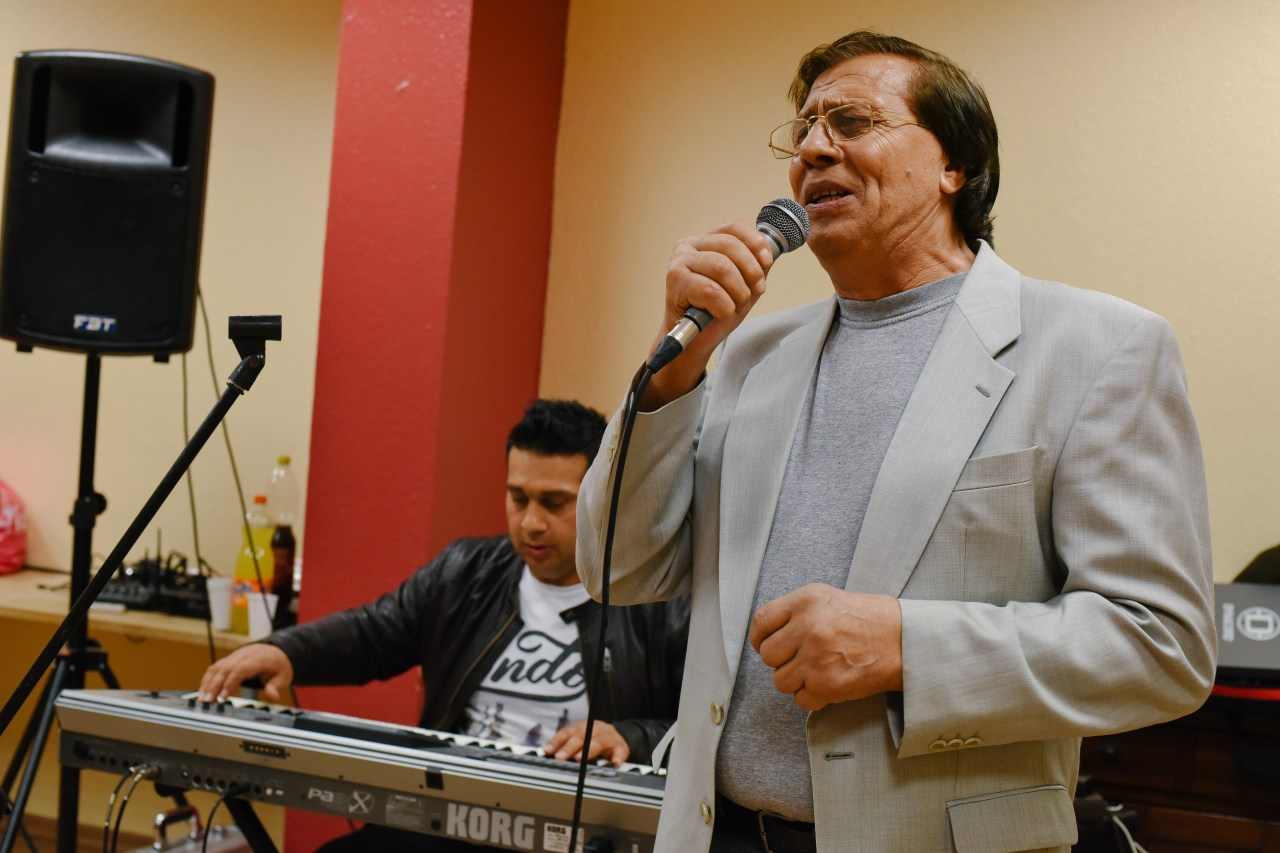 Zoran Janković singing at a family gathering in Cologne.