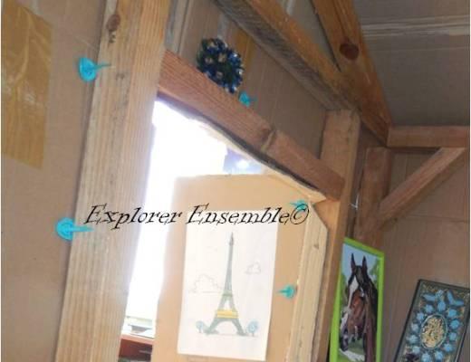 cabane d'intérieur pour enfants avec ossature en bois et couverture en carton
