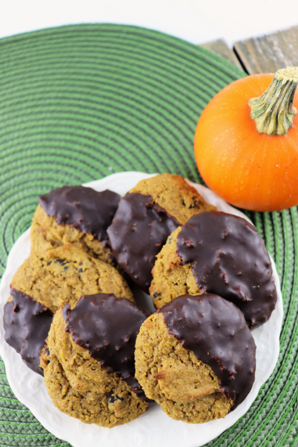 Delicious keto pumpkin cookies are low carb, gluten-free, sugar-free and fabulous! Pumpkin spice and chocolate combine to perfection! #pumpkin #ketocookies