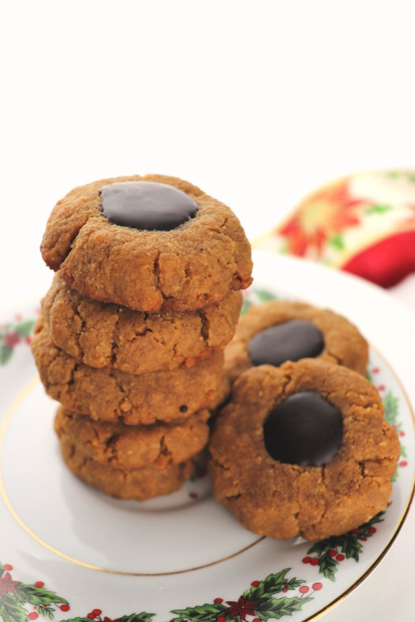 Thumbprint keto peanut butter cookies | Perfect for Christmas parties and your keto diet. Deliciously, low carb, gluten-free, and sugar-free. #ketotreat #ketodietrecipes