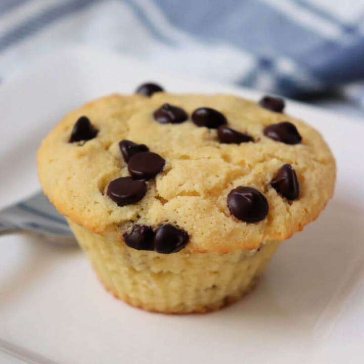 These are the best easy keto chocolate chip muffins. Gluten-free, sugar-free and made with cream cheese, almond flour, and coconut flour. #ketomuffins #ketorecipes